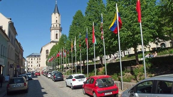 Fahnen verschiedener Nationen wehen im Zentrum von Marktneukirchen