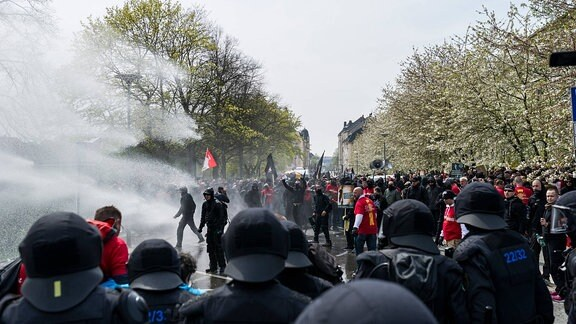 Ein Wasserwerfer schießt während der Proteste zum 1. Mai am 01.05.2016 in Plauen, Deutschland in die rechtsextreme Demo.