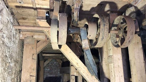 Ein reparaturbedürftiger Transmissionsantrieb in einer alten Mühle.