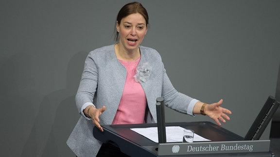 Yvonne Magwas spricht im Bundestag.