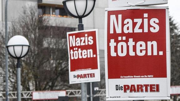 Wahlplakat der Partei Die Partei für die Landtagswahl l in Baden-Württemberg am 14. März, 2021. Der  Slogan lautet : Nazis töten