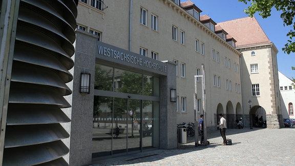 Blick auf den Eingangsbereich der Westsächsischen Hochschule am Kornmarkt in Zwickau