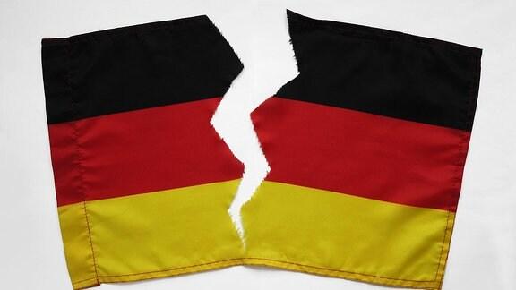 Eine zerrissene deutsche Fahne