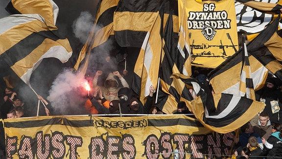 Bengalisches Feuer im Dresdner Fanblock