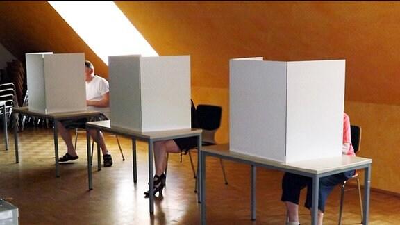 Bürger wählen im Wahllokal in Dresden- Gompitz
