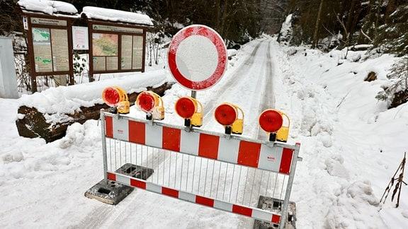 Auf einem verschneiten Wander- und Versorgungsweg in der Sächsischen Schweiz steht eine Durchfahrtssperre.