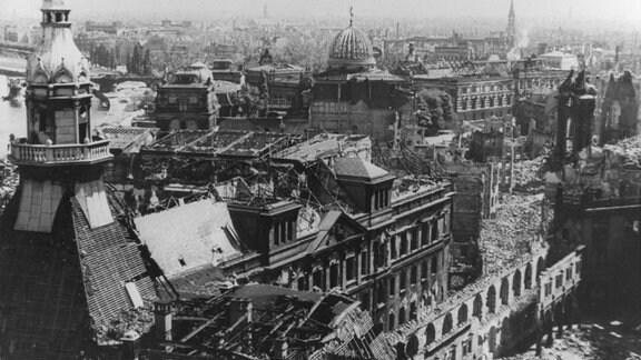 Blick auf das fast völlig zerstörte Stadtzentrum von Dresden.