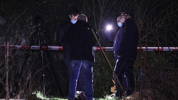 Polizeibeamte graben Loch auf Gelände von Gartensparte in Duckwitz Straße in Dresden-Pieschen