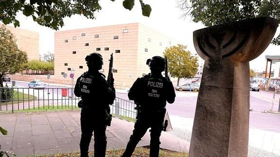 Zwei Polizisten mit Maschienengewehren stehen vor der synagoge Dresden am 9.10.2019. Sie sind in alarmbereitschaft, nachdem am Mittwochmittag vor der Synagoge in Halle/Saale zwei Menschen erschossen worden sind.