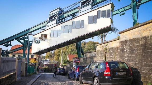 Die Schwebebahn Dresden auf Höhe des Veilchenweg