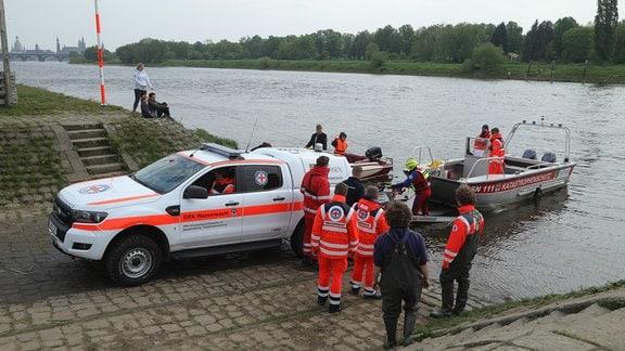 Ein Auto lässt ein Boot ins Wasser