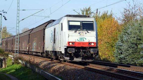 Güterzüge auf der Schiene unterwegs.