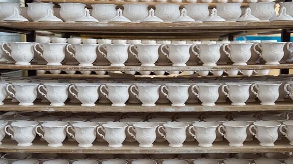 Unglasierte Tassen und Schalen stehen 2016 in der Produktion der Porzellan-Manufaktur Meißen.