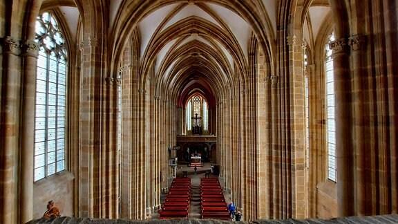 Blick in einem großen, hellen Kirchenraum, in den durch große Fenster links und rechts Licht ins Kirchenschiff fällt. Es ist der gotische Dom in Meißen.