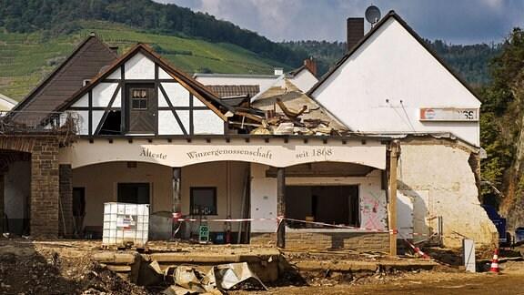 Zerstoertes Haus der aeltestn Winzergenossenschaft im Ahrtal, Deutschland, Rheinland-Pfalz
