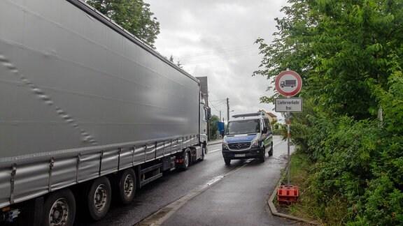 Polizei kontrolliert, dass LKW vor der A4-Baustelle bei Wilsdruff nicht verbotene Schleichwege nehmen.