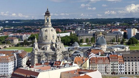 Blick vom Rathausturm auf den Altmarkt mit der Frauenkirche.