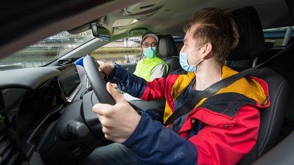 Fahrlehrer mit Fahrschüler