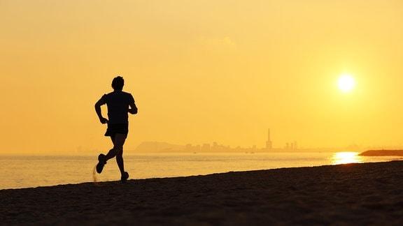 Ein Läufer am Strand