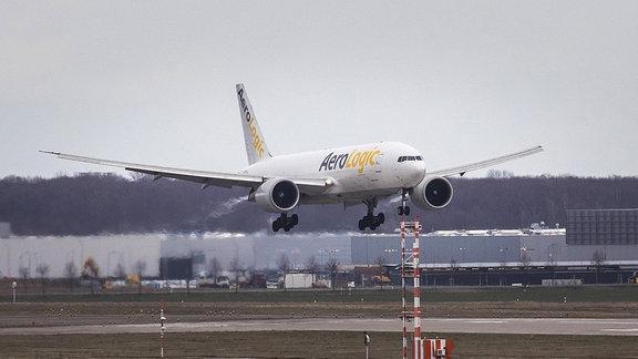 Ein Cargo-Flugzeug landet am Flughafen Leipzig/Halle in Schkeuditz