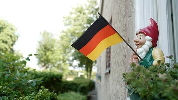 Gartenzwerg mit Deutschlandfahne