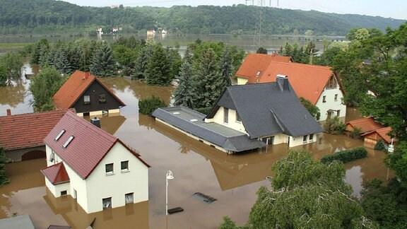 Wohnhäuser und Grundstücke sind von Wasser der Elbe umspült im Ortsteil Brockwitz bei Coswig/Sachsen. 2002 und 2013 standen die Wohnhäuser im Wasser.