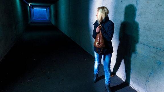 Symbolbild: Eine Frau allein in einer dunklen Unterführung
