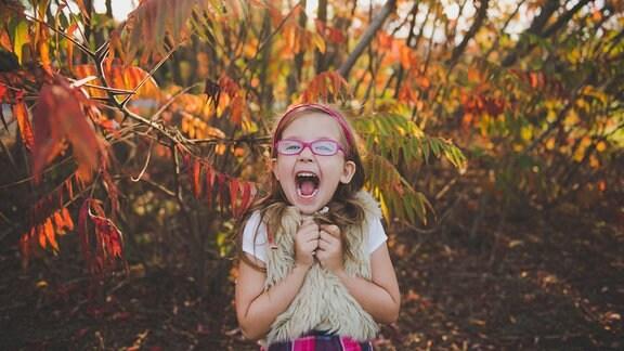 Ein Mädchen im Herbstlaub