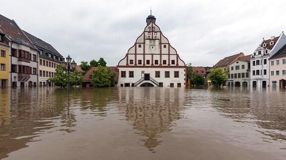 Der überflutete Marktplatz von Grimma im Juni 2013