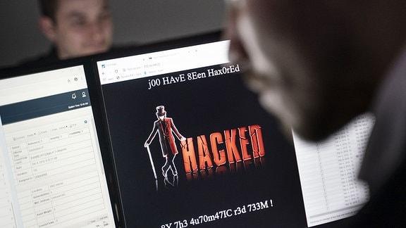 IT Security Wissenschaftler trainieren im Cybersicherheitszentrum.