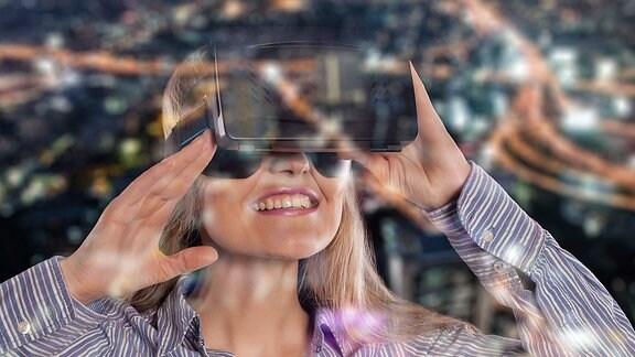 Eine junge Frau mit einer VR-Brille