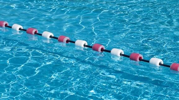 blaues Wasser einer Schwimmhalle