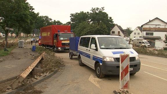 Zwei Fahrzeuge stehen auf einer Straße in Ahrweiler.