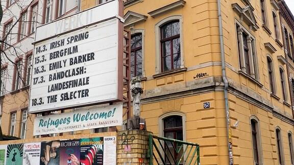 Hofeingang zu Veranstaltungsort Werk 2 mit Anzeigetafel.