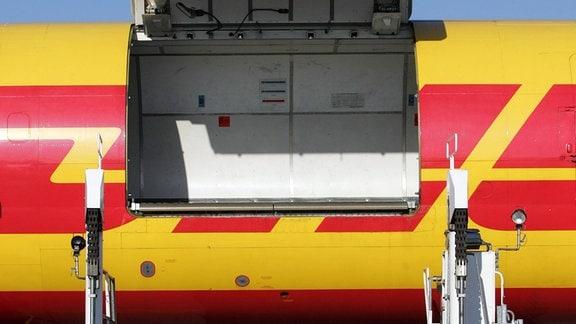 Geoeffnete Ladelucke eines Flugzeugs des Express- und Logistik-Unternehmens DHL am Flughafen Koeln Bonn . DHL hat am Koeln Bonn Airport ein neues Sortierzentrum in Betrieb genommen.