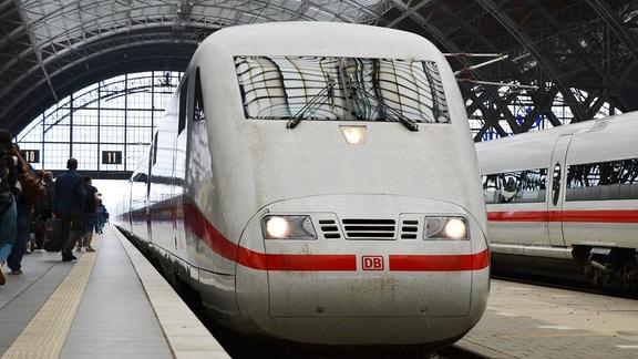 Ein ICE der DB am Gleis 11 am HBF Leipzig