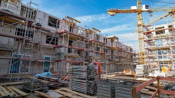 ARCHIV - 25.02.2019, Hamburg: Die Baustelle, auf der 182 Wohnungen entstehen, aufgenommen vor dem Richtfest für das Gebäude.