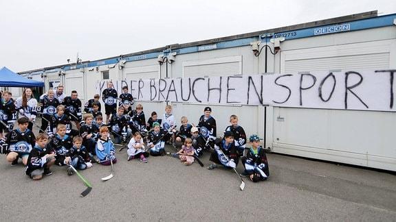 Fans der IceFighters Leipzig 2016 bei einer Mahnwache am Eiszelt in Taucha
