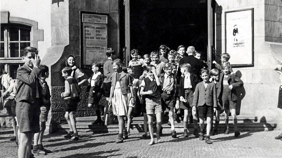 Kinder am Eingang, 1946