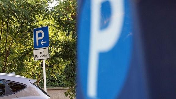 Ein Straßenschild weist auf gebührenpflichtige Parkplätze hin.