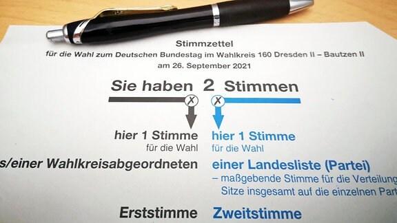 Ein Kugelschreiber liegt über einem Stimmzettel.