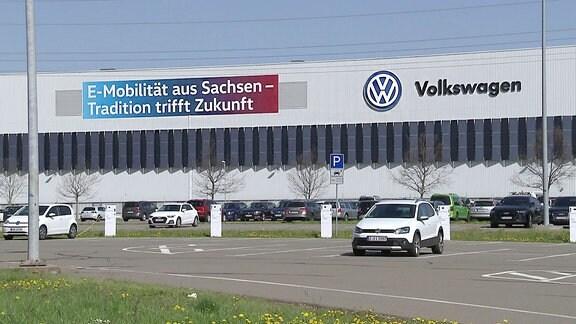 Eine Produktionshalle von außen mit der Aufschrift Volkswagen.