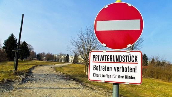 Ein Weg wird durch ein Schild Privatgrundstück - betreten verboten abgesichert
