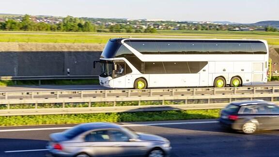 Ein Reisebus auf der Straße.