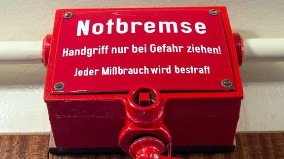 Eine Notbremse in einer historischen S-Bahn