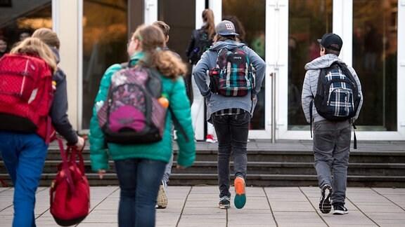 Schüler kommen zu einem Gymnasium