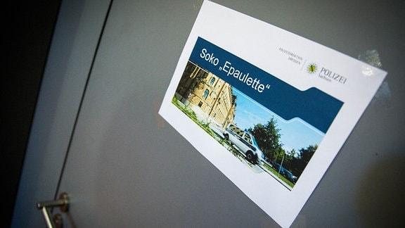 Zettel mit der Aufschrift Soko Epaulette an einer Tür