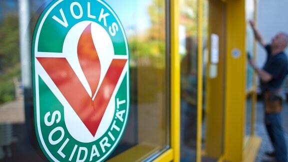 Das Logo der Volkssolidarität hängt am Eingang einer Einrichtung in Dresden.