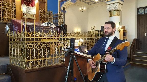 Zsolt Balla in einer Synagoge