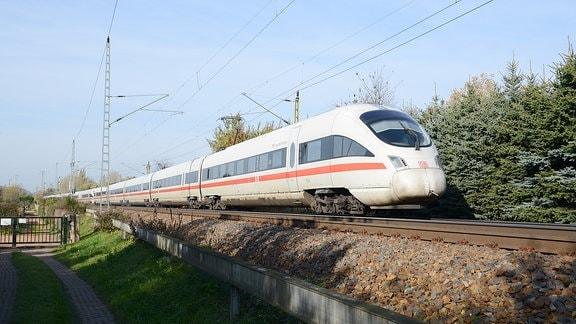 ICE-Zug mit Neigetechnik der Deutschen Bahn bei Dresden